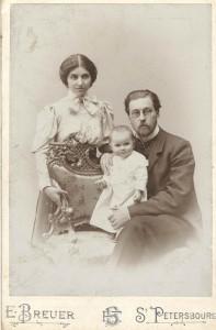 Иван Иванович Бибиков с женой и дочкой Таней